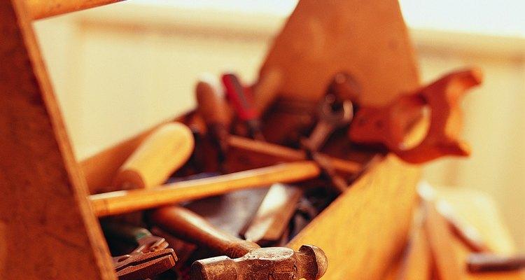 Ancla la viga de soporte, que necesita ser de madera tratada.