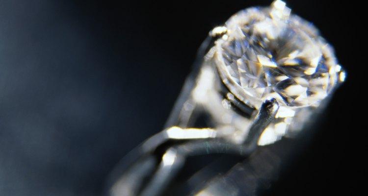 A aplicação de cola garante maior segurança ao anel