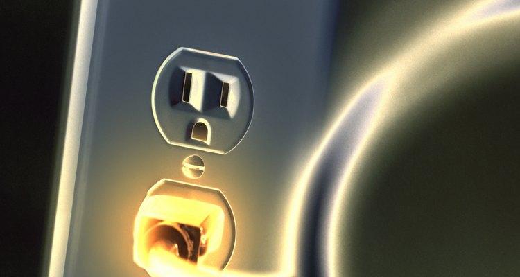 Puedes determinar cuál de los cables tiene corriente en un enchufe de dos dientes usando uno de dos métodos.