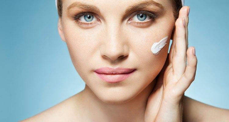 Busca una buena crema blanqueadora para la piel.