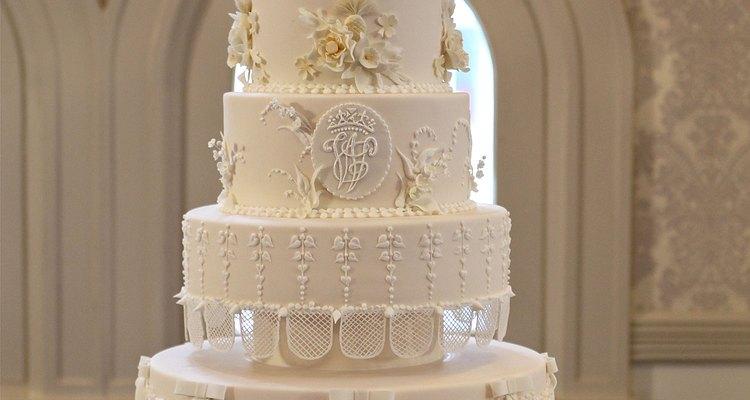 Nós comemos bolos de casamento primeiramente com os nossos olhos