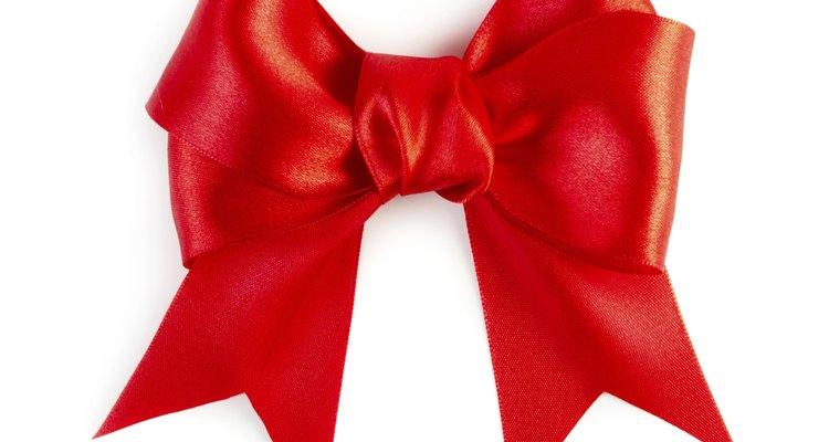 Los moños caseros pueden agregar atractivo a la envoltura de tu regalo.