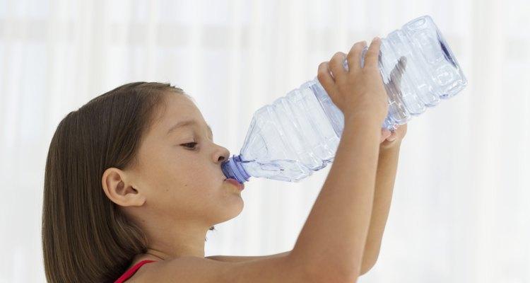 Pídele a tu hijo que tome agua fría en la cocina, en caso de que el hipo haga que la escupa.