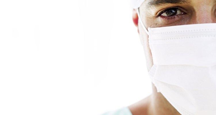 Cirujano con mascarilla y gorro quirúrgicos.