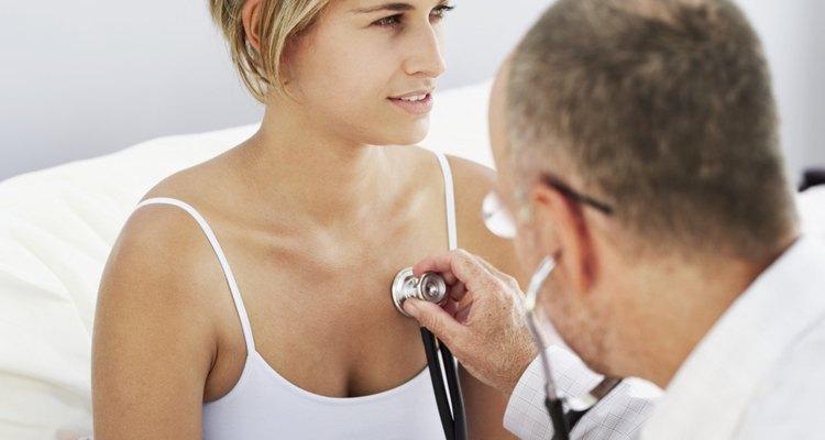Mulher sendo examinada por um médico