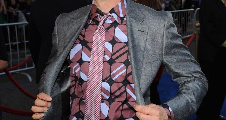 El clásico blanco y negro no es la única opción para una corbata delgada, como Robert Downey Jr. demuestra aquí.
