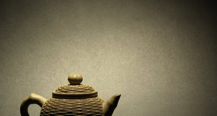 Encuentra una tetera de cerámica que sea simple y decorativa.