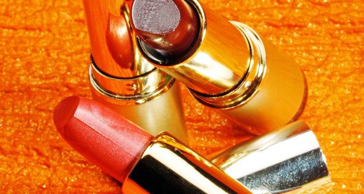 La industria de la belleza se basa en gran medida en usar productos químicos en la producción de cosméticos y en procesos cosméticos tales como tecnología para la muerte capilar y de las uñas.