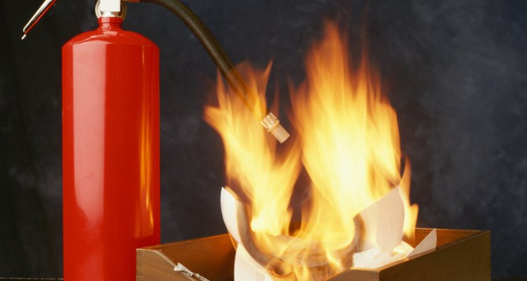 Utiliza un extintor de agua sobre un incendio de madera o papel.