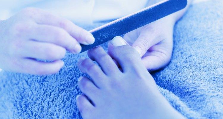 Cuida tus pies y lima tus uñas de manera correcta.