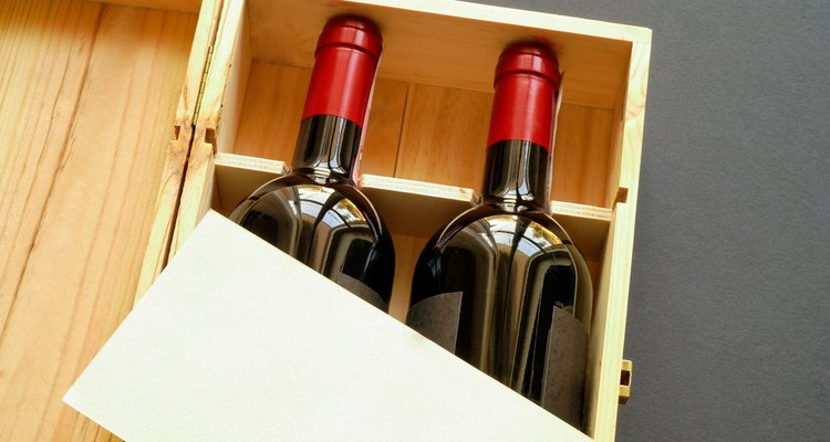 Gift box with wine bottles and blank card (horizontal)
