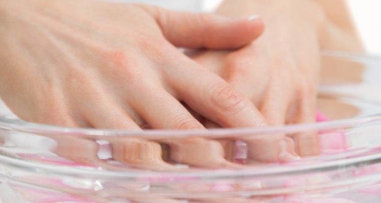 Seque as unhas rapidamente com água fria