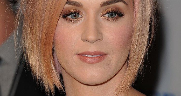 Mezcla sombras doradas, plateadas o de color bronce en el párpado, como la cantante Katy Perry lo hizo.