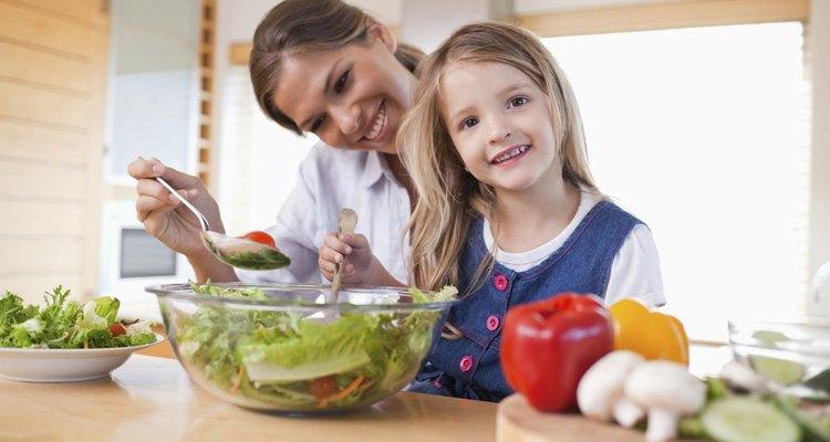 Involucra a los niños en la preparación de la comida para que la coman con más entusiasmo.