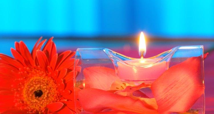 Sostén la flor por el tallo y sumerge la cabeza entera en la cera durante unos segundos y sácala.