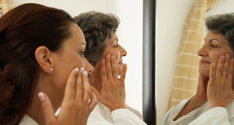 Muchas mujeres usan vaselina por las noches para desaparecer las arrugas.