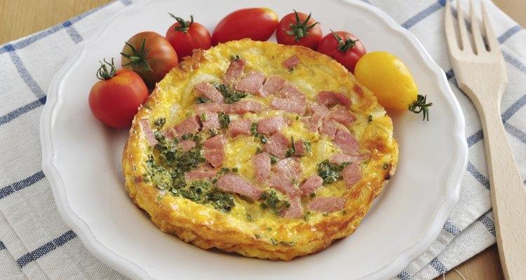O presunto surpreendentemente provém poucas calorias em um omelete