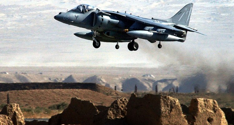 Un avión de ataque Harrier despega de la base aérea de Bagram en Afganistán.