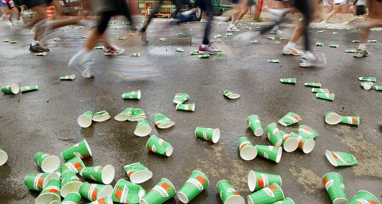 Corredores descartam as latas de Gatorade durante a Maratona de Nova York