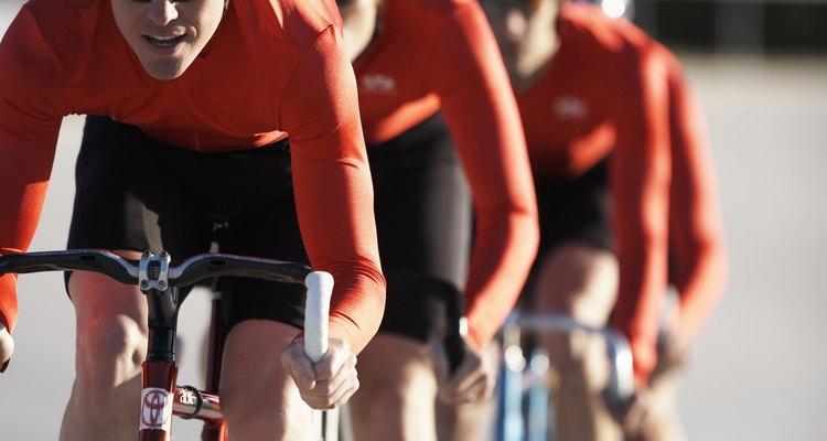 Os ciclistas são desafiados a se destacarem do grupo durante as corridas