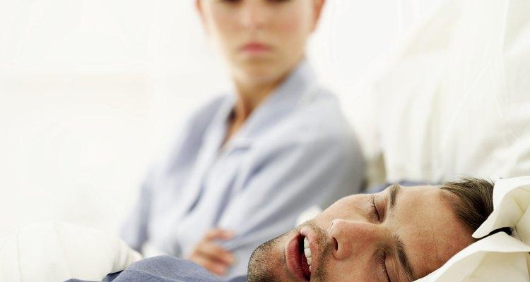 Manter a boca fechada enquanto dorme pode ajudar a eliminar problemas como o ronco