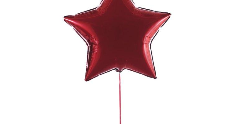 Usa globos rojos y azules con forma de estrella para decorar las paredes.