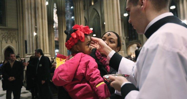 Los creyentes reciben cenizas en la forma de la cruz el Miércoles de Ceniza.