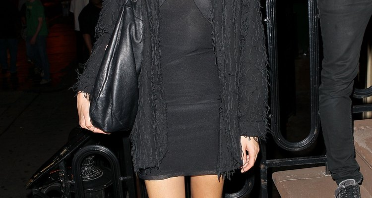 Mila De Wit lleva un suéter de su novio con un pequeño vestido negro para un concierto.