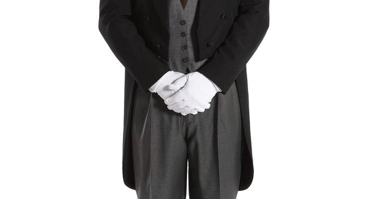 Contrate um mordomo. Além de atender a porta e anunciar os convidados, ele irá cuidar da organização da cozinha e da sala de jantar