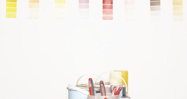 Debe equilibrarse con un diseño simple de muebles oscuros y cortinas en colores que incluyan colores vivos y toques de blanco.