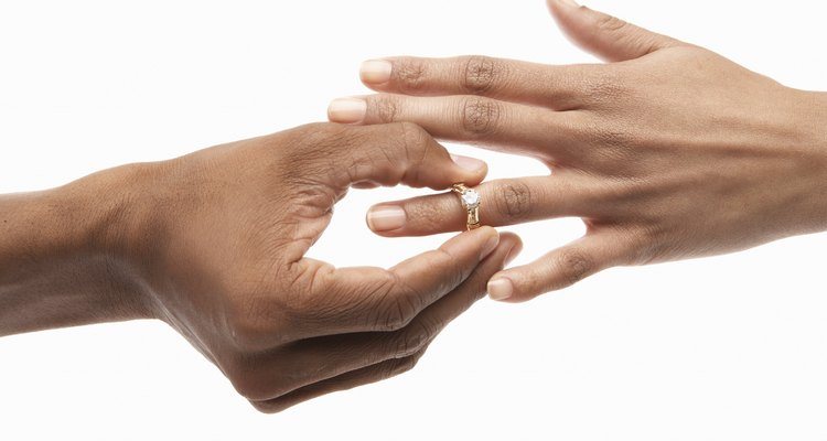 Un anillo de bodas de titanio puede ser la opción correcta para ti.