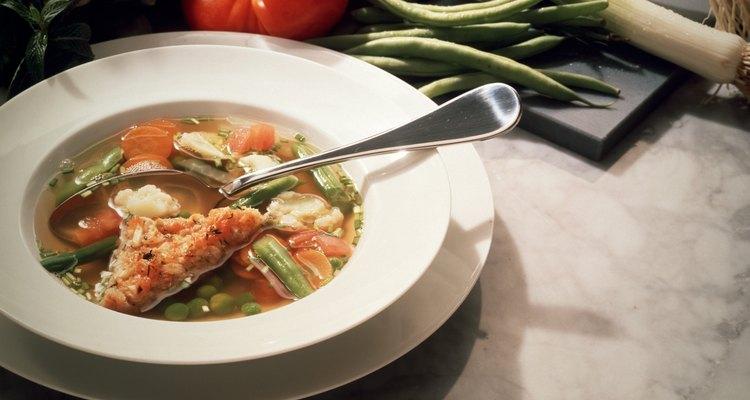 A sopa de legumes e tomate contém nutrientes e líquido abundante