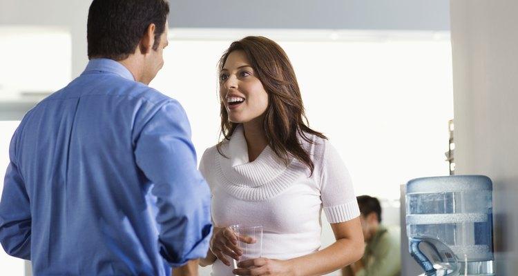 Homem e mulher conversando no trabalho