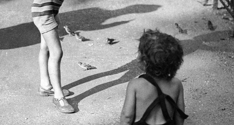 Crianças pequenas nos anos 20 usavam macacão para brincar em dias quentes