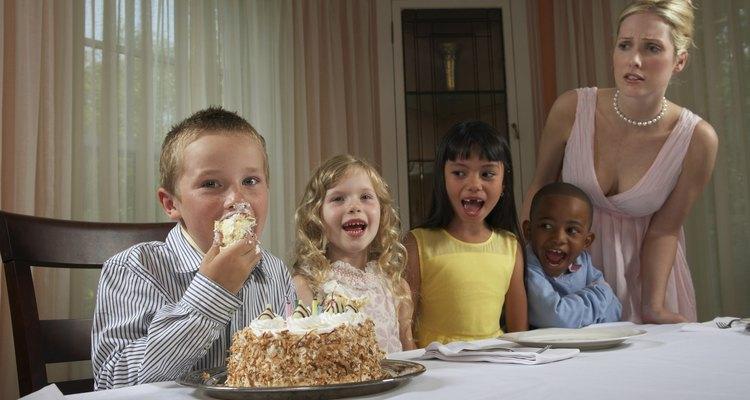 """Crea las invitaciones para que se asemejen a un """"boleto"""" para el cumpleaños temático."""