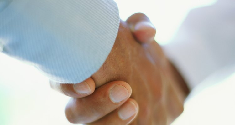 Gente dándose la mano.