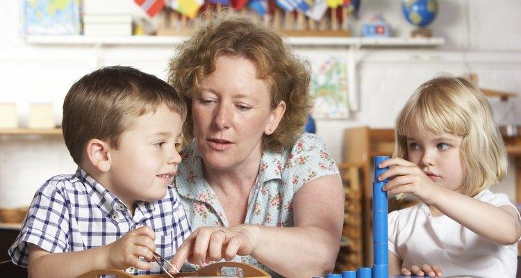 Cuidadora infantil entre duas crianças