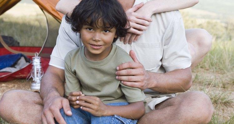 Algunas personas deciden adoptar a un niño que reside en un paíse devastado por la guerra.