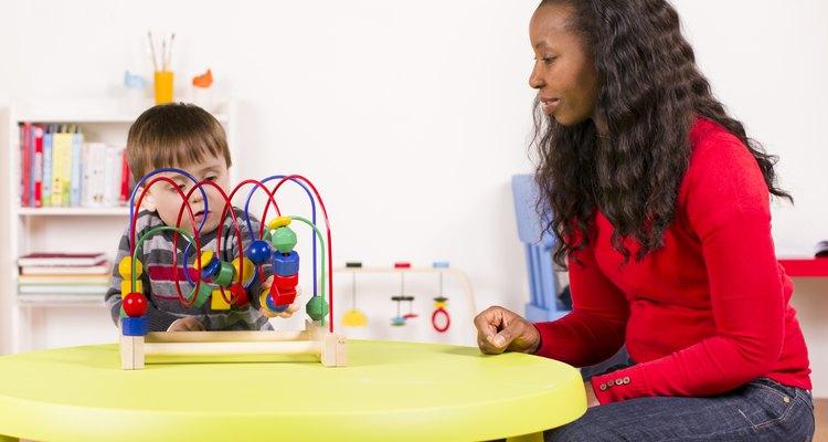 Cuidadora infantil falando com uma criança