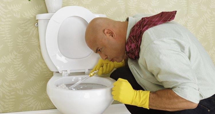 Remova a mancha preta na borda do vaso sanitário com itens domésticos comuns