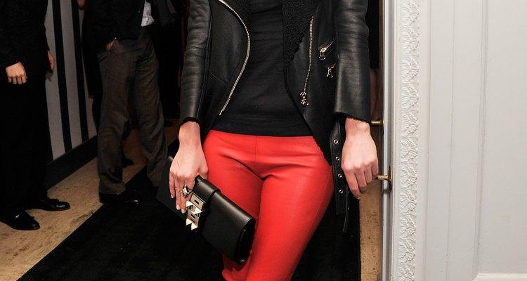 Nicky Hilton usa una chaqueta de cuero de forma rectangular en un evento.