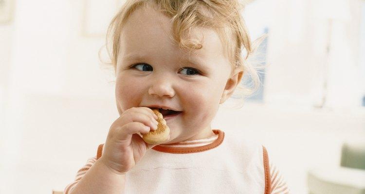 Niño de un año de edad comiendo galletas.