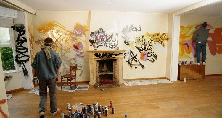 Tinta spray pode manchar madeira de forma permanente se não for removida rapidamente