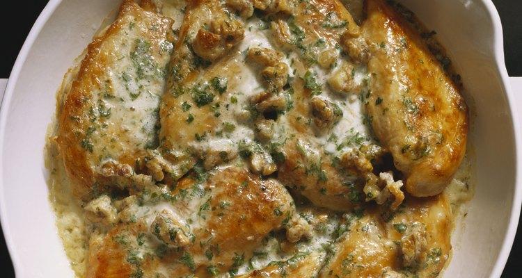 Las salsas ayudan a que el pollo asado quede húmedo.