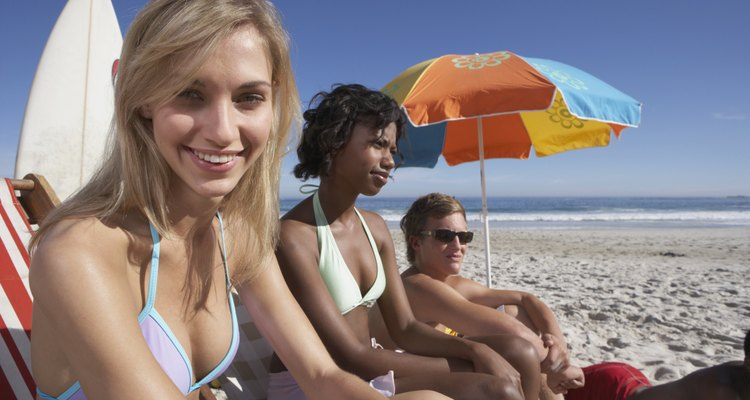 Una cesta de picnic es el requisito indispensable para una tarde de picnic al sol con amigas.