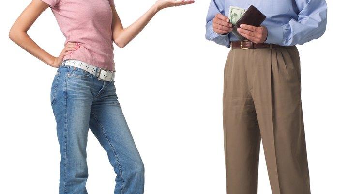 Enseña a tu adolescente habilidades de manejo de dinero que se va a utilizar en la edad adulta.