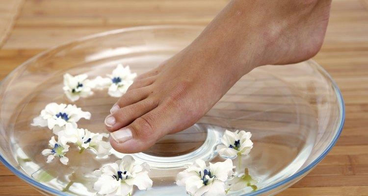 Mergulhar os pés em água quente traz muitos benefícios