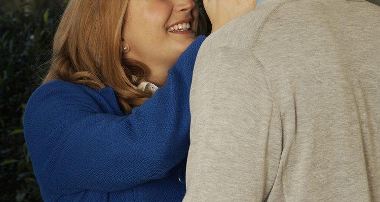 Abrazar es una expresión de emoción entre dos personas.