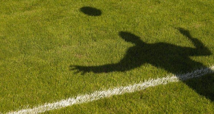 As laterais de um campo de futebol devem ser pintadas em linhas retas e de largura igual