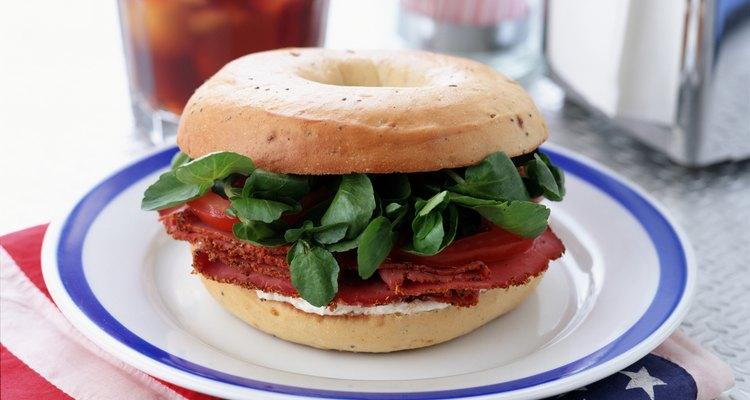 El brisket ahumado y cortado en fetas hace un gran sandwich.
